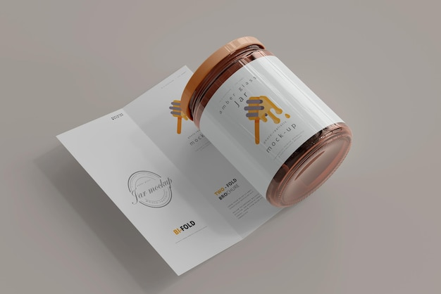 Glas mit zweifach gefaltetem broschürenmodell