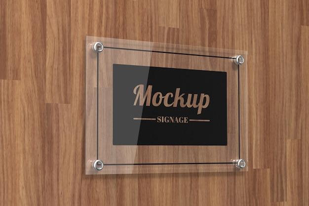 Glasschild logo modell an der wand befestigt