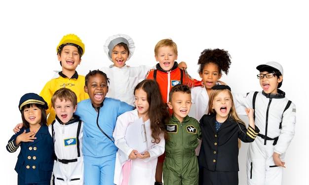 Glückgruppe der netten und entzückenden kinder mit traumjob