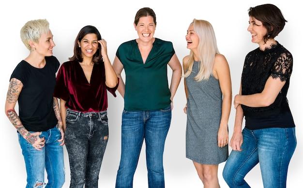 Glückgruppe freundinnen, die zusammen lächeln und sprechen