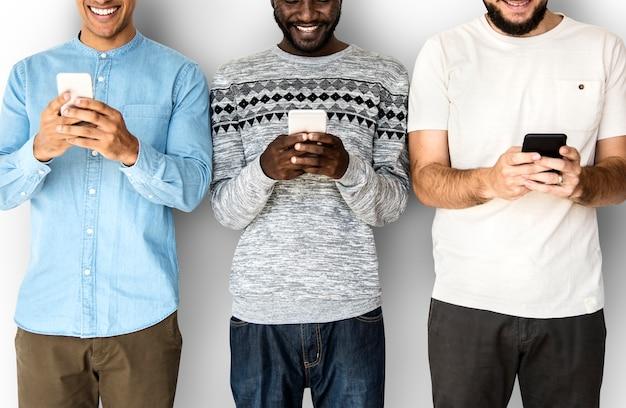 Glückgruppe männer, die durch handy lächeln und connected sind