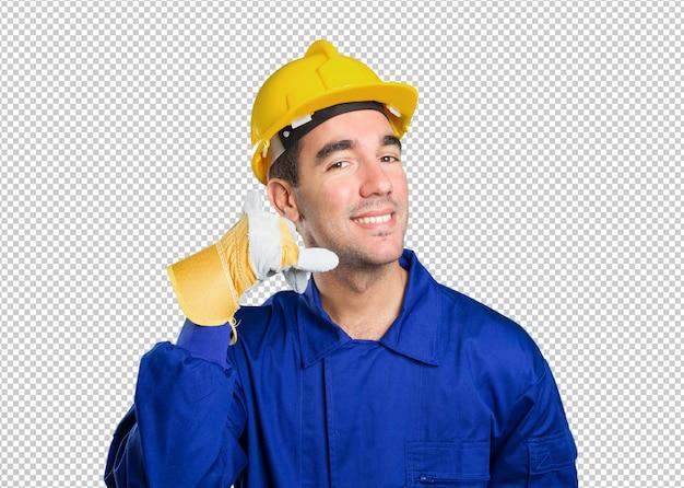 Glückliche arbeitskraft mit anrufgeste auf weißem hintergrund