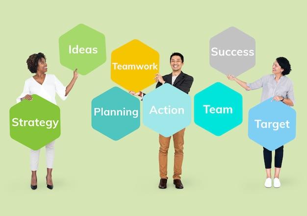 Glückliche menschen mit einem businessplan