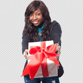 Glückliche schwarze frau, die ein geschenk anhält
