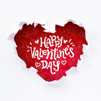 Glückliche valentinstagbeschriftung im roten herzen formte loch