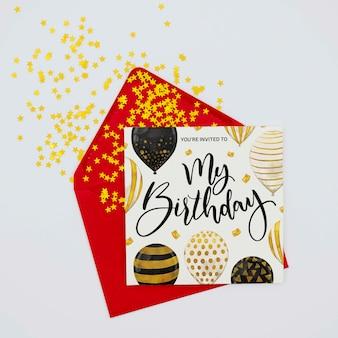 Glücklicher bunter geburtstagsbrief und umschlag mit konfettis