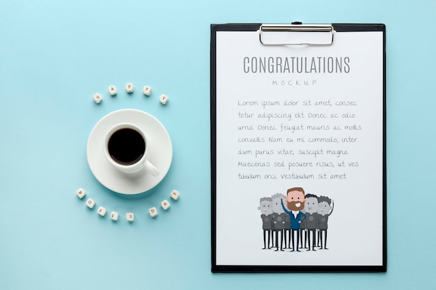 Glücklicher chef-tag mit notizblock und kaffee