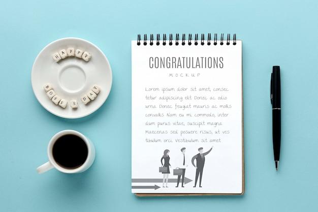 Glücklicher chef tag mit notizbuch und kaffee