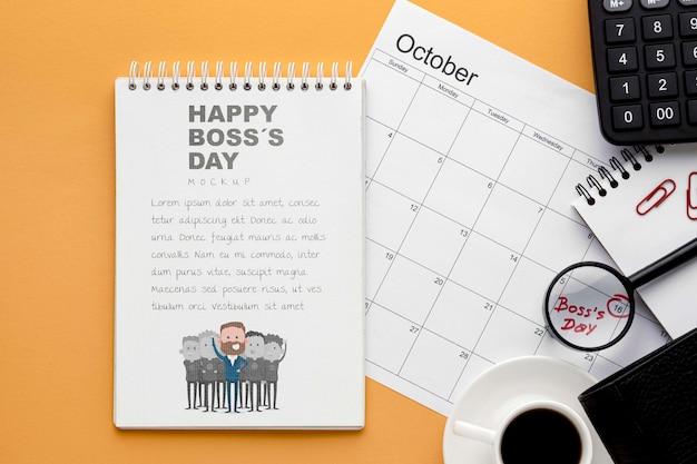 Glücklicher chef tag mit notizbuch und kalender