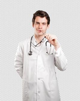 Glücklicher doktor, der gegen weißen hintergrund denkt