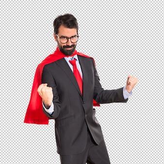 Glücklicher geschäftsmann gekleidet wie superheld