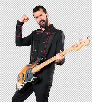 Glücklicher gutaussehender mann mit gitarre