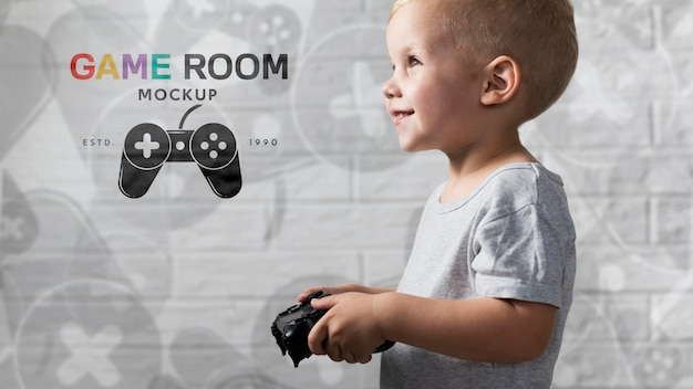 Glücklicher junge, der auf konsole spielt