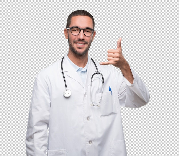 Glücklicher junger doktor, der eine geste des benennens mit der hand tut
