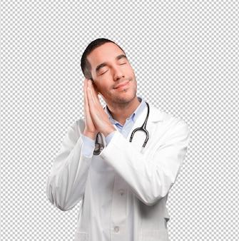 Glücklicher junger doktor schlafend