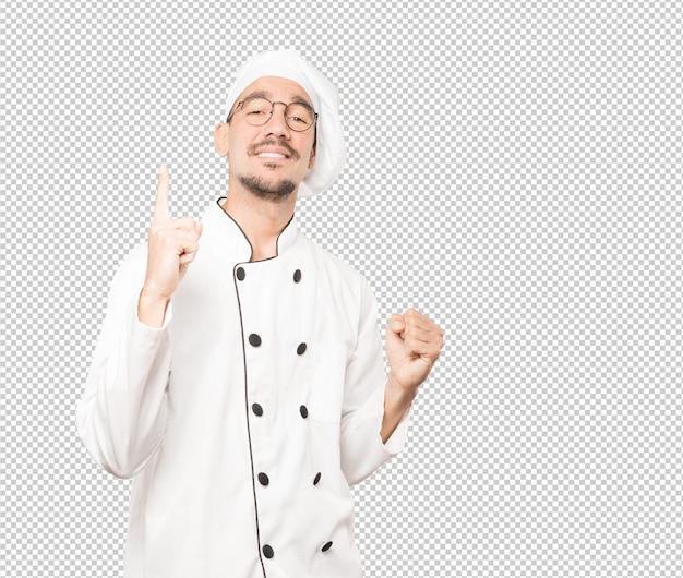 Glücklicher junger koch, der spaß hat