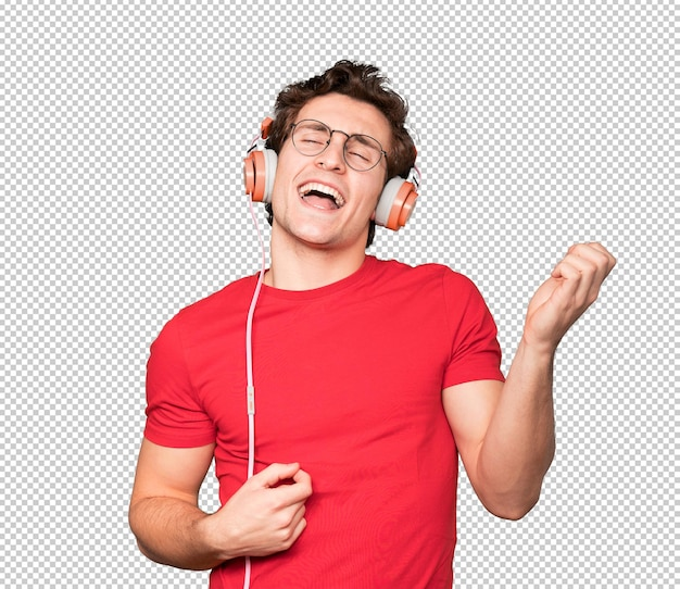 Glücklicher junger mann, der kopfhörer benutzt