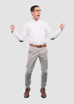 Glücklicher junger mann, der mit seinen fäusten oben feiert - voller körperschuß