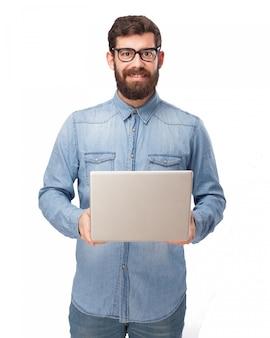 Glücklicher kerl seinen computer zeigt