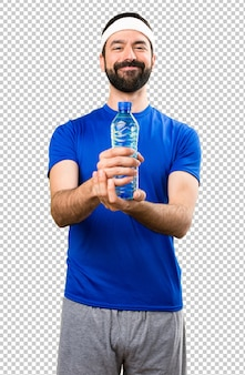 Glücklicher lustiger sportler mit einer flasche wasser