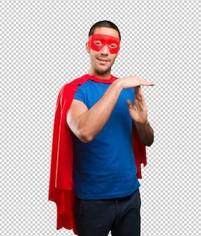 Glücklicher superheld mit pausenzeitgeste