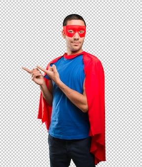 Glücklicher superheld mit showgeste