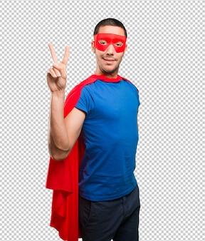 Glücklicher superheld mit siegesgeste