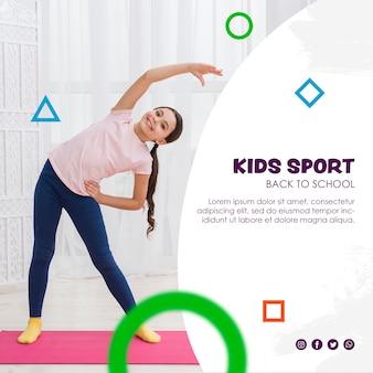 Glückliches mädchen, das für kindersportschablone ausdehnt