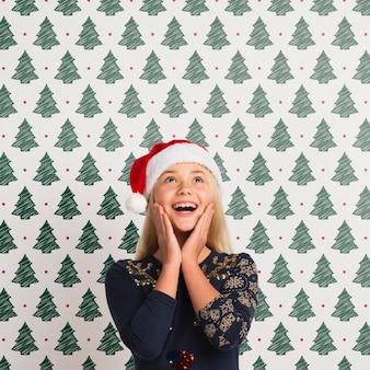 Glückliches mädchen, das weihnachtsmann-hut trägt