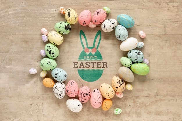 Glückliches ostermodell mit bunten eiern