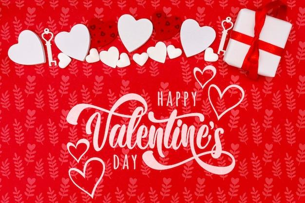 Glückliches valentinstagkonzept mit rotem hintergrund