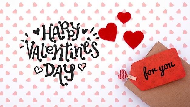 Glückliches valentinstagmodell auf weißem hintergrund mit herzen