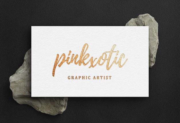 Goldenes geprägtes logo-modell auf visitenkarte