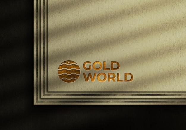 Goldenes luxuslogo-modell auf geprägter visitenkarte