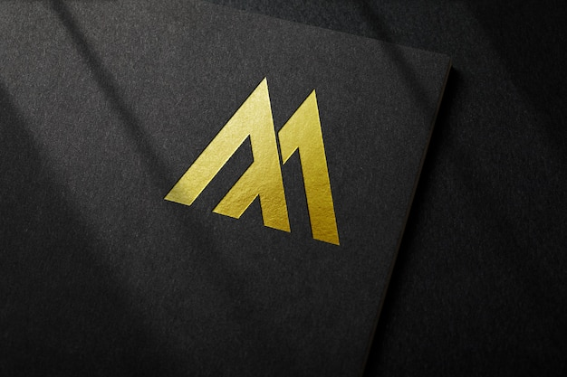 Goldenes luxuslogo-modell auf schwarzem papier