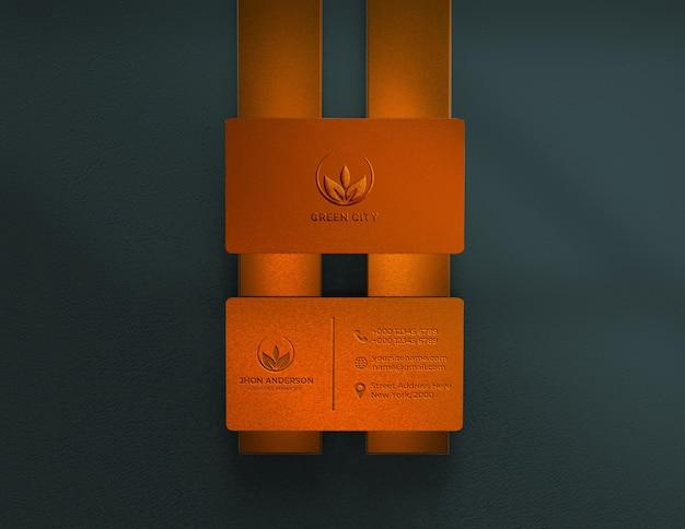 Goldenes metalllogo auf visitenkartenmodell