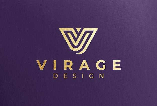 Goldfolien-logo-modell auf violettem papier