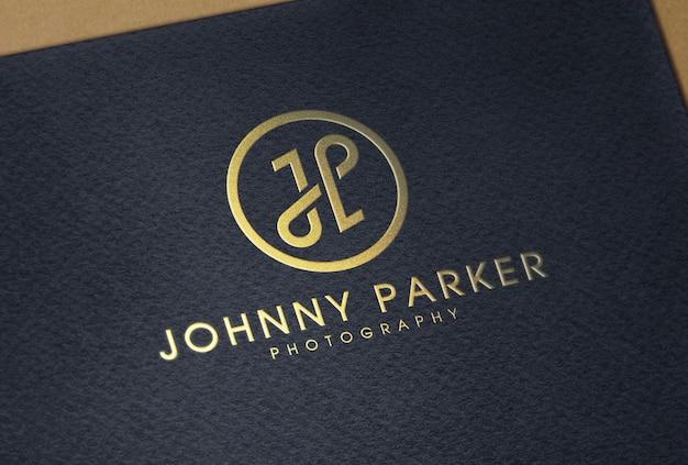 Goldfolienprägung logo-modell auf schwarzem strukturiertem papier
