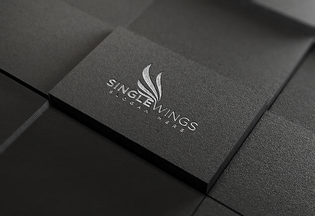Graviertes logo auf papiermodellentwurf