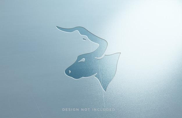 Graviertes modell mit metall-effekt-logo