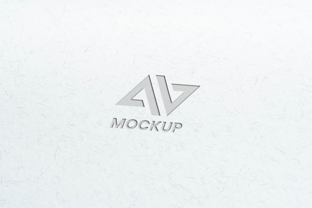 Großbuchstabenmodell-logoentwurf auf minimalistischem weißem papier