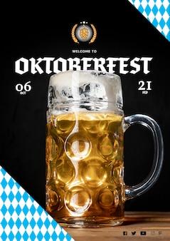 Großer bierkrug der nahaufnahme für oktoberfest