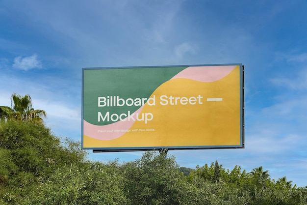 Großes plakatmodell auf blauem himmel mit bäumen