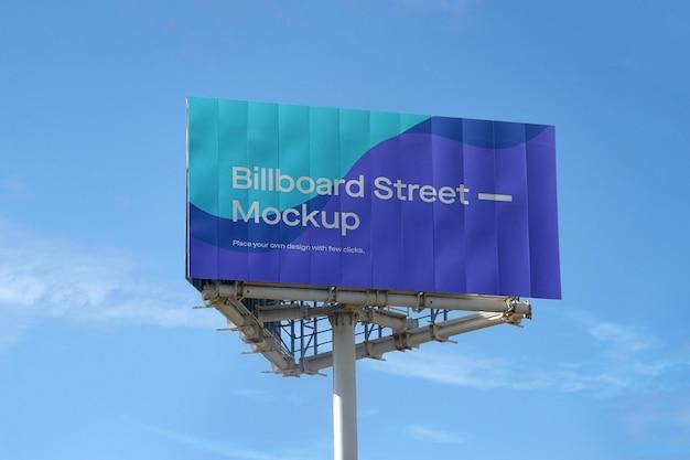 Großes plakatmodell auf blauem himmel mit wolken