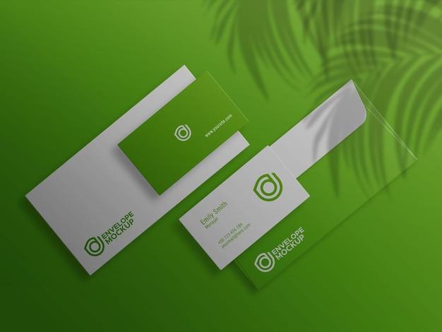 Grüne visitenkarte auf umschlagmodell