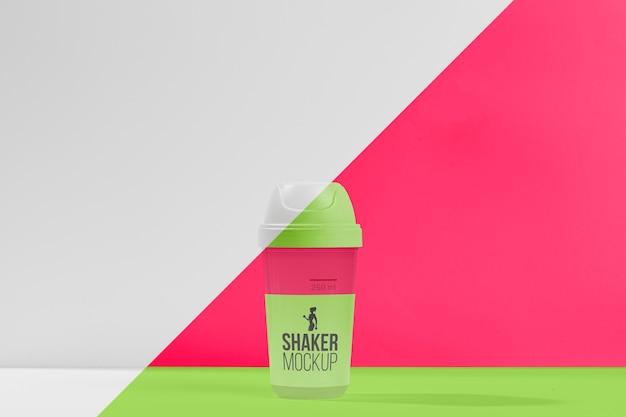 Grünes fitness-shaker-fitnessstudio-modellkonzept