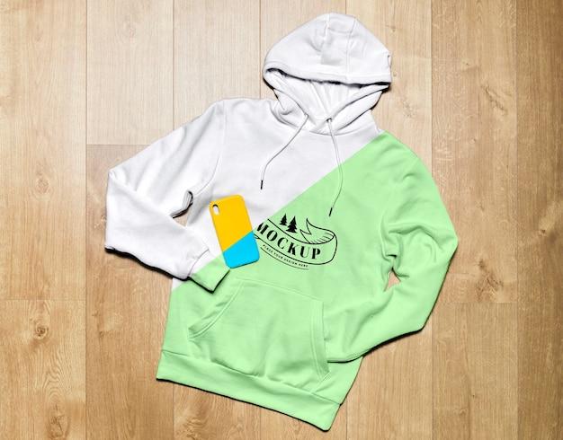 Grünes hoodie-modell der draufsicht mit telefonhülle