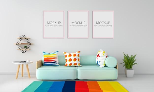 Grünes minzsofa und tisch im weißen wohnzimmer für modell