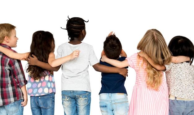 Gruppe kinder drängen sich zusammen in der hinteren ansicht