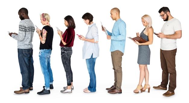 Gruppe von menschen verbunden durch digitale geräte